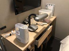 事前予約で、左から加湿器、電気スタンド、延長コード、ケース二つの中身は目元エステ、アロマデュヒューザー。この他に電気ポットを下から出して並べると、机が小さすぎます。カップが2つあったので、カップルが利用するのでしょうか?