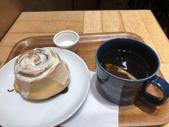 一通り見て、今度は博多駅の方へ。彼女は新しいお店をチェックしておいてくれます。「シナボン」というアミュ博多地下1階のお店へ、尋ねながら行きました。正式名称は「シナボン・シアトルズベストコーヒーアミュプラザ博多店」 シナモンミルクロールを半分こ。甘いですが、温かくおいしかったです。紅茶は一人ずつ カップたっぷり1杯。おしゃべりに花を咲かせます。