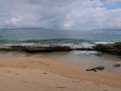 「ダイヤモンドビーチ」に到着♪。  透明な海!。もう少し天気が良ければ、もっと綺麗なんだろうな~。