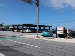 「ハレクラニ沖縄」を通り過ぎてやってきたのは、「道の駅 許田」。  お昼に近い時間でしたが、それほど混雑していません。駐車場も広く停めやすい。