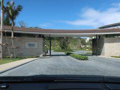 やってきました「ハレクラニ沖縄」。  門をくぐります♪。  セキュリティスタッフが、名前を確認し、ホテルへ連絡。 そこで、「ビーチフロントウィング」か「サンセットウィング」へ案内されます。