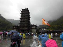 10/25(金) 小雨 8:30 ホテルを出発。 車で40分程走り広場に到着し、武陵源ゲートに向います。