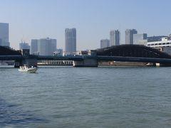 月島から佃島に入りました。  墨田川に架かるのは勝鬨橋。 向こう側は築地です。