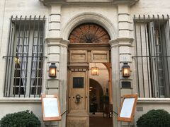 ホテルのエントランス。 16世紀に建てられた石造りの建物。 それをリノベートしてホテルになったということです。 入り口も品格あって素敵。