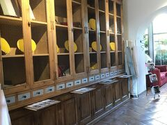 そして次に着いたのはルシヨン。 こちらは黄色顔料に使われるオークルの丘に築かれた村。 その村のイチオシのレストランへ。 こちらはホテル内部にあります。