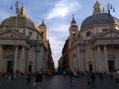 ポポロ広場からこの双子の教会の間を進みます。
