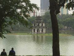 1月13日。  いよいよ長かったタイ&ベトナム旅行も今日が最終日です。  ホアンキエム湖に浮かぶ、亀の塔。 この場所で、湖に住む亀から授かった剣で明軍を撃退したという伝説があるらしい。