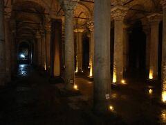 アヤソフィアのすぐ脇にある遺跡、地下宮殿にも行ってみました。 宮殿とありますが実際には地下貯水施設。 柱の土台にギリシャから調達メドゥーサの頭が逆さまに使われている。 ここは映画「007 ロシアより愛をこめて」にも出て来ます。