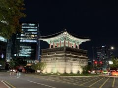 お腹いっぱいになったところでタクシーで移動。 例によってソウルの街は大渋滞。 目的地手前で動かなくなって下車。歩いて向かいます。