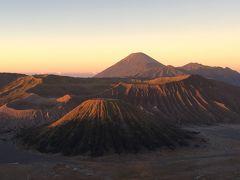 朝日に染まるブロモ山