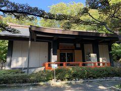 武田神社宝物殿。武田家ゆかりの品々や躑躅ヶ崎館の復元模型が展示されている。