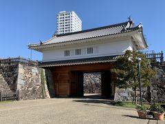 甲府市歴史公園に復元された山手渡櫓門。
