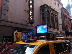 ST、JAMES劇場へ到着 今回見るミュージカルはここです。 ちょっと早いかな。