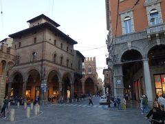 ボローニャの斜塔の前にあるポルタ ラヴェニャーナ広場