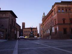 歴史的建造物に囲まれたマッジョーレ広場にある