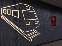 <リングレールライン>  ターミナル1とターミナル2の間にあるリングレールラインへ。 途中の通路には電車のマーク!  今回は空港に戻らないし、乗車回数も数回程度だからデイチケット(24時間券)の必要はない。 ホームにある自動販売機でヘルシンキ中央駅までのシングル(片道)チケットを購入して乗車。 空港からだとABCゾーンを選択。 シングル4.6ユーロ。