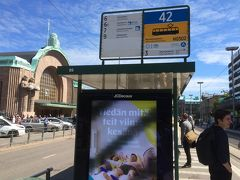 <Rautatieasema駅>  3番トラムを待つ。 左後方にヘルシンキ中央駅が見える! そんな距離感。