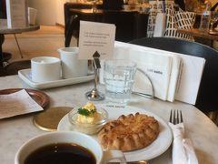 <カフェアアルト>  カレリアパイとコーヒー。  フィンランドの国民食カレリアパイ。 食べたことがなかったので注文しました。  パイ自体はあまり味がしなかったので、添えてあった刻んだゆで卵をパイに付けたら美味しかったな(^^)