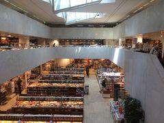 <アカデミア書店>  すぐに上階へ上がってみる!  吹き抜けになっているアカデミア書店のオシャレな造り。 そして、正面にはカフェアアルト。