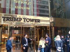 ニューヨーク5番街 やって来ました、やはりトランプタワーは見ておかないとね。 中へ入って、はいさようならでした。 トランプ大統領がいないから、警備もそれ程では・・・・・!