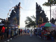 タナロット寺院到着 参道はお土産物屋さんがいっぱいで観光客もいっぱい。