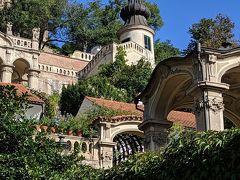 小フュルステンベルグ庭園を下から見上げたところ。斜面に階段状に庭園が築かれています。