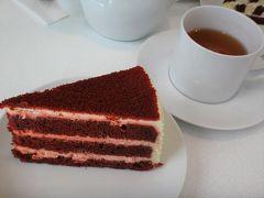 ハワイ・ワイキキ【レディ エム アット ワイキキティー】で いただいたもの写真。  随分前にニューヨークの【Lady M】でミルクレープを食べたときに、 そこまで感動しなかったので、別のケーキにしました(*'∀')