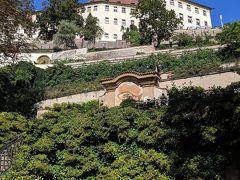 大パルフィー庭園に来ました。上に見える白い建物はプラハ城の一部。