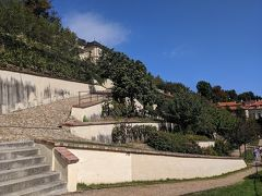 最後に、6つあるプラハ城下庭園の一番右端の大フュルステンベルク庭園に来てみました。ここだけ入園料は別。50Kc。現金のみ。やはり斜面に階段状に作られた庭園で、入園料を払えば、庭を通り抜けてプラハ城へ行くこともできます。