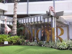 ハワイ・アラモアナ【Dior Cafe】  2019年8月にオープンした「Dior(ディオール)」のカフェ 【ディオールカフェ】アラモアナセンター店の写真。  『アラモアナセンター』の「Dior(ディオール)」の前にあります。