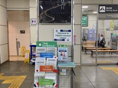 まずは東室蘭駅から。鉄道の中心はこの駅です。外国人旅行者も多いのか、他言語対応の時刻表が置いてありました。ただ、観光案内のパンフレットがないんですよ。