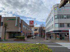 東室蘭駅西口を出てまっすぐ歩くと、中心街に出ます。長崎屋があるあたりが中心ですね。