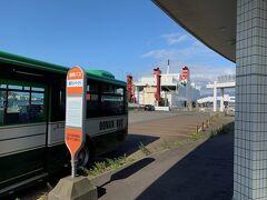 ここからバスに乗って、終点の室蘭港フェリーターミナルまで行きます。郊外バスの起点はフェリーターミナルになっていますが、ただバス停が1本立っているだけで、特にターミナルという雰囲気ではありません。