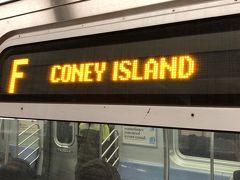 おはよう!!! 6時半に起きて行くよー!!!  前日ハーフ完走後 ホテルに午前2時前に戻るまで遊び倒したのに。 私、元気。 日常の生活では考えられない行動、これこそ旅行だわ!  昨日と同じF線に乗ってブルックリンへ。 やった! F線 Coney Island行きの写真撮影 成功した!(BF)