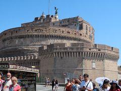 1<サンタンジェロ城> 午後は、サンピエトロ大聖堂からコロッセオまでの街歩きです。 この円形の建物は、「サンタンジェロ城」 映画「テルマエロマエ」に出ていたハドリアヌス帝が、自らの霊廟として造ったものですが、その後、軍事施設となりました。映画「ローマの休日」や「天使と悪魔」でもロケ地となっていました。