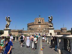 2<サンタンジェロ橋> ここは、「サンタンジェロ橋」。橋の両側には、キリストの受難と関係した十字架や釘、槍などを持った10体の天使像が並びます。 聖地「ヴァチカン」に巡礼する信徒たちに、苦難を背負ったキリストの生涯を思い起こさせるためにこの場所に設置したとか・・・。すごい!