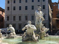 4<ムーア人の噴水> 南側にある噴水が「ムーア人の噴水」です。 ベルニーニの設計で、アントニオ・マーリが制作しました。 中央でイルカと格闘しているのがムーア人(エチオピア人)で、口にくわえた楽器から水を出しているのは、海神トリトーネ。何だか滑稽です。