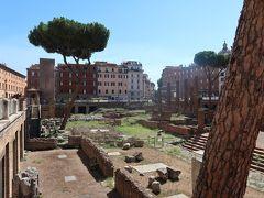 17<アルジェンティーナ神殿跡> サンタ・マリア・ソプラ・ミネルヴァ教会から5分ほどのところにあるのが、紀元前300~400年頃の古代ローマ遺跡「アルジェンティーナ神殿跡」です。 現在の道路より1段低い場所にあり、だれでも無料で見学できます。