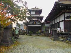 七日町通りを東に向かって歩きます。  駅からすぐの所に阿弥陀寺があります。その境内に御三階があります。  御三階は元は鶴ヶ城(会津若松城)の敷地内にあったのですが、阿弥陀寺に移築されました。  1818年以前の建築物です。