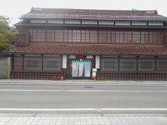 かつて、会津若松には西の海から海産物が届きました。  それを一手に扱った海産物問屋が渋川問屋です。  立派な店構えです。  大正時代の建物です。