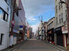旧浜町アーケード通り。昔は北海道で札幌、小樽に次ぐ、3番目のアーケード街だったそうです。今はアーケードはなくなって、車も通る道になってます。