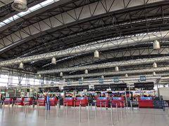 プラハ空港ターミナル2。スーツケースも預けて、あとは帰るだけ…。