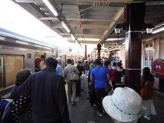 日光駅に到着。かなりの人出。時刻は10時15分くらい。