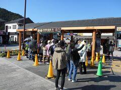 中禅寺湖行バス乗り場、東武駅前。この段階で、もう座れません。観光バスタイプの車両なので、立ち席の空間が少なく、いろは坂を立って越えるのはつらい。しかも、この後のバスは、JR日光発、もはや乗車できない状況。