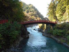 名勝、神橋です。日本三大奇矯。周辺は、まだ紅葉していない、残念。