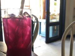 ルアンパバーンに着きました。ホテルのウェルカムドリンクはバタフライピーのジュース。冷たくて美味しかった。