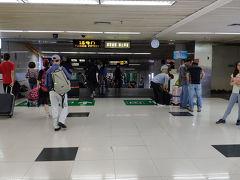 【2日目(深セン1日目)】  この日は香港のホテルを朝チェックアウトしてバスと地下鉄を乗り継いで羅湖口岸へ。 香港の出国は外国人用の有人レーンに並び、中国入国前には指紋登録と入国カードを記入する必要がありました。 指紋登録は先々月中国に入国する際に行っていたので一応機械にパスポートを読み取らせた際に不要という表示が出たので入国カードだけ記入して外国人用の有人レーンに並びました。  香港出国から中国入国まで大体40分位でした。 混み具合としてはそれ程でもなかったですが、中国入国時の外国人用のブースが2ヶ所しか開いていなかったので列の進みが並んでいる人数の割に遅かったです。  中国入国を済ませた後は真っ直ぐ進んで直結している深セン駅まで歩きました。