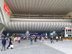そしてこちらは深セン北駅です。 上に見えるのが地下鉄のホームです。 深セン北駅では地下鉄は高架の上を通っているので地下鉄乗車は左右のエスカレーターで上に登ることになります。  この日は香港のホテルを取ってあるので香港に移動しますが、その前に深センでXiaomi製品の店に寄り道します。 向かう先は深センの西側の地下鉄1号線の高新園駅近くの小米之家(深セン万象天地旗艦店)です。  深セン北駅から地下鉄4号線と地下鉄1号線を会展中心駅で乗り継いで高新園駅へと向かいました。