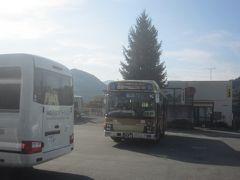 藤野駅からはバスで移動 津久井神奈交バス 野08系統 和田行 土曜休日のダイヤは 08:06 09:15 09:45 13:00 14:12 15:25 16:20 18:40 次のバスは09:15 トイレに行ってちょうど良い待ち時間です… が、その間にかなりバス停に人の列ができてしまっていました 乗り切れるかちょっと心配(乗り切れなかったら30分待ちなんで)でしたが、臨時便もあり2台がほぼ同時に出発したので、何とか乗れました
