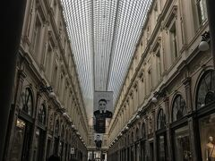 ホテルのすぐ裏がギャルリーサンチュベール。 世界最古のアーケード街だそうです。アール・ヌーヴォーの建築が美しく、ガラス張りの天井が目を引きます。 老舗カフェやレストラン、チョコレートショップベルギーの名産品を扱うブティックなどが並んでいます。